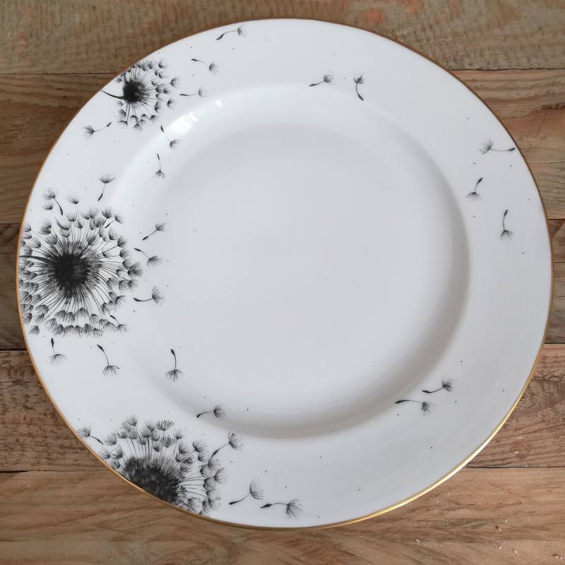 Flat plate in porcelain Decorated with blown dandelion flowers