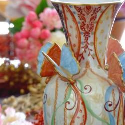 Vase en porcelaine fine - peint à la main rubans et grosses fleurs . Made in France
