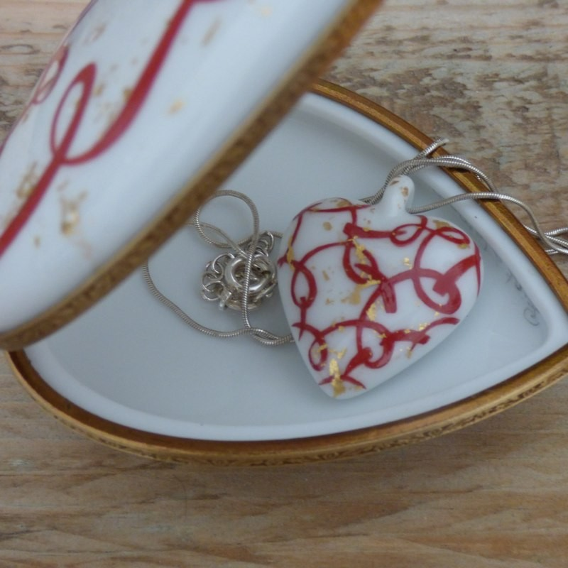 Cœur porcelaine écrin bijoux et collier cœur rouge et or