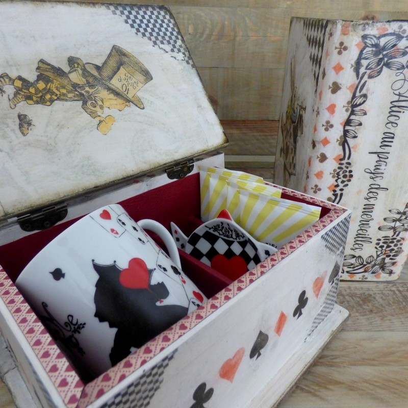 Coffret bois et mug porcelaine décor Alice au pays des merveilles