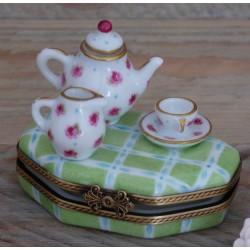 boite pilule porcelaine fine tasse thé et théière