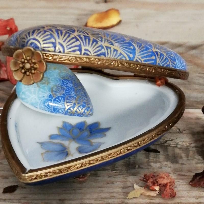 Boite  et collier coeur assorti en porcelaine  décor seigahia bleue