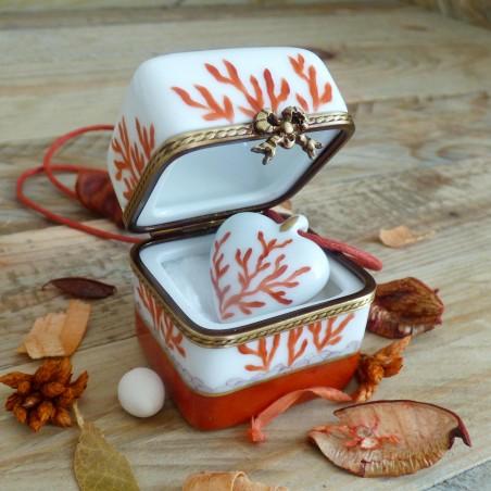 Ecrin bijoux porcelaine boite et collier cœur corail