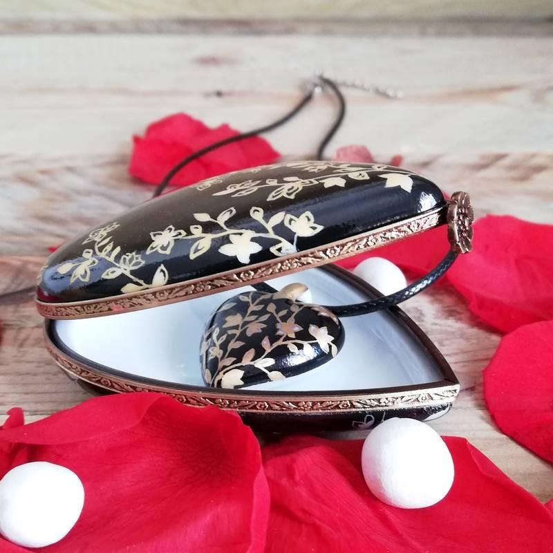 Boite et collier cœur porcelaine fleur du japon or . Noces de porcelaine