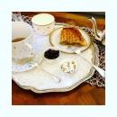Quand nos cliente nous envoient de jolies photos de nos porcelaines. Un petit moment à soi pour un goûter gourmand. @fatimiam #serviceagateaux #tassedejeunerporcelaine #savoirfairemadeinfrance #porcelainedelimoges #porcelainteacup #goldchina