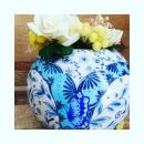 Le printemps dans l 'atelier. Un vase boule de jolies fleurs séchées et de papier et hop les couleurs deviennent éclatantes pour bien commencer la semaine. Merci @a_fleur_de_papier Nos vases sur notre boutique en ligne. Le lien en Bio. #vasepapillons #butterfly #porcelainedelimoges #vaseboule #flowers #bluechina