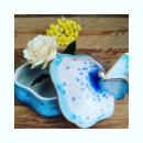 Oiseaux, libellules... Papillons. On voit la vie en bleu à l 'atelier pour cette rentrée. Bleu azur bleu turquoise, plus bleu que le bleu de tes yeux.... La signification du bleu ? Confiance, harmonie, sérénité, calme et apaisement.. Un beau programme pour redémarrer Et garder un petit air de vacances au bord de l' eau #porcelainebleue #whiteandblue #boiteabijoux #cadeaupersonnalisé #porcelainedefrance #madeinfrance🇫🇷 #metierdart #blue #bleu #azur #femmeartiste  #femmeartisan
