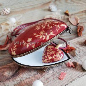 Boite et collier coeur porcelaine fleur du japon dorée sur fond rouge