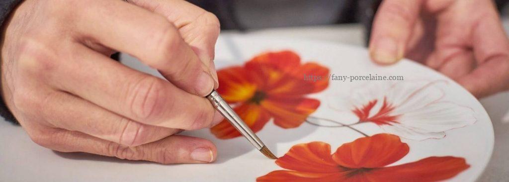 Stéphanie Hayet décoratrice sur porcelaine L'Atelier Porcelaine