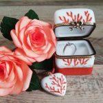 Baguier et collier coeur en porcelaine de Limoges décor noces de corail