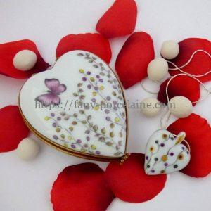 boite coeur et collier assorti porcelaine de Limoges décor papillon et brindille or
