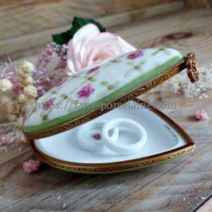 Boite coeur porcelaine décor petites roses et or