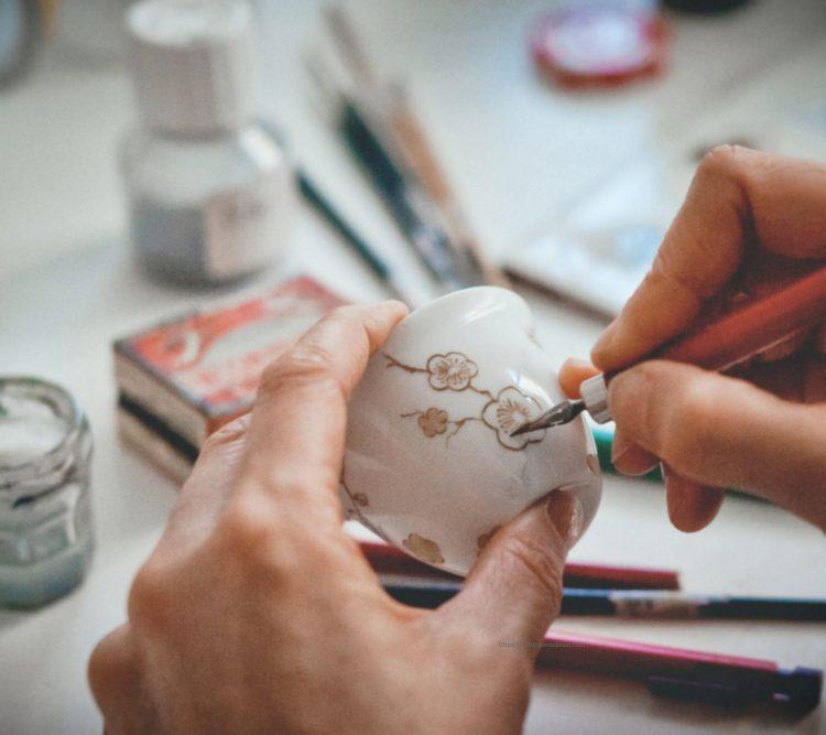 Décoration sur porcelaine personnalisée, des motifs peints à la main