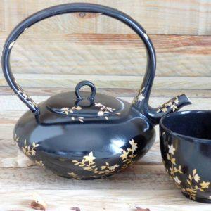 Theière porcelaine de limoges décorée à la main de fleur d'or sur fond noir