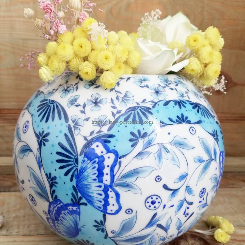 vase porcelaine de limoges peint à la main décor papillons bleus