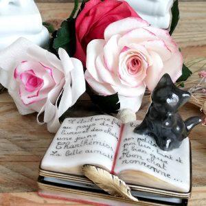 boite à pilules porcelaine en forme de livre ouvert et chat noir