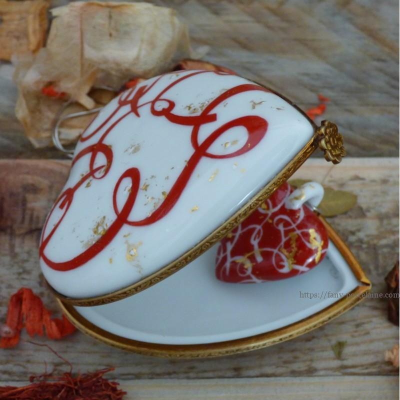 boite à bijoux et collier coeur assorti en porcelaine de Limoges décor de ruban rouge et feuilles d'or